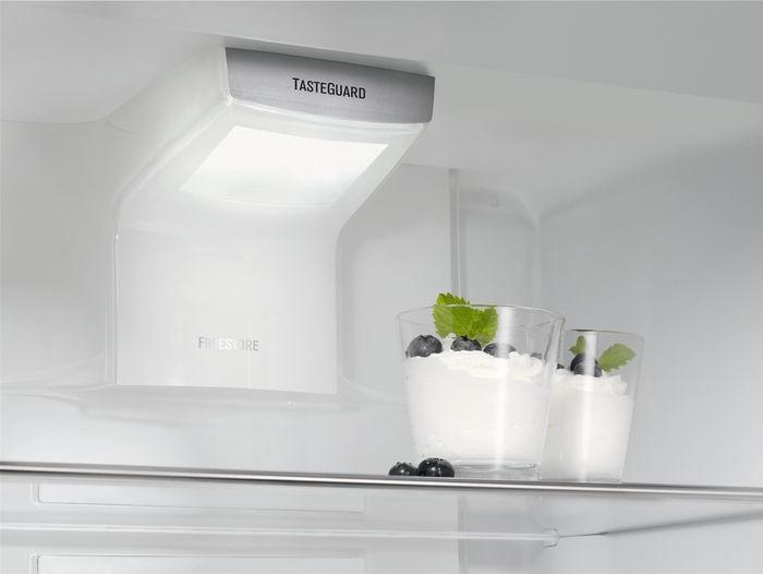Встраиваемый холодильник Electrolux ENG2854AOW